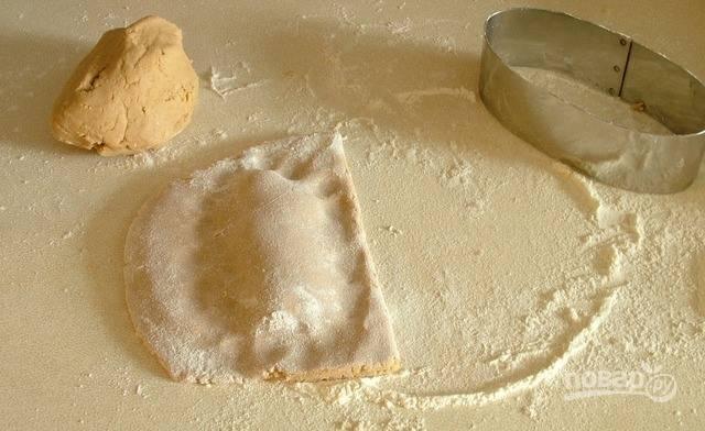 Заверните тесто с начинкой, как конверт. Края можно защипнуть, а можно просто склеить и придавить. Для этого их следует смазать водой.
