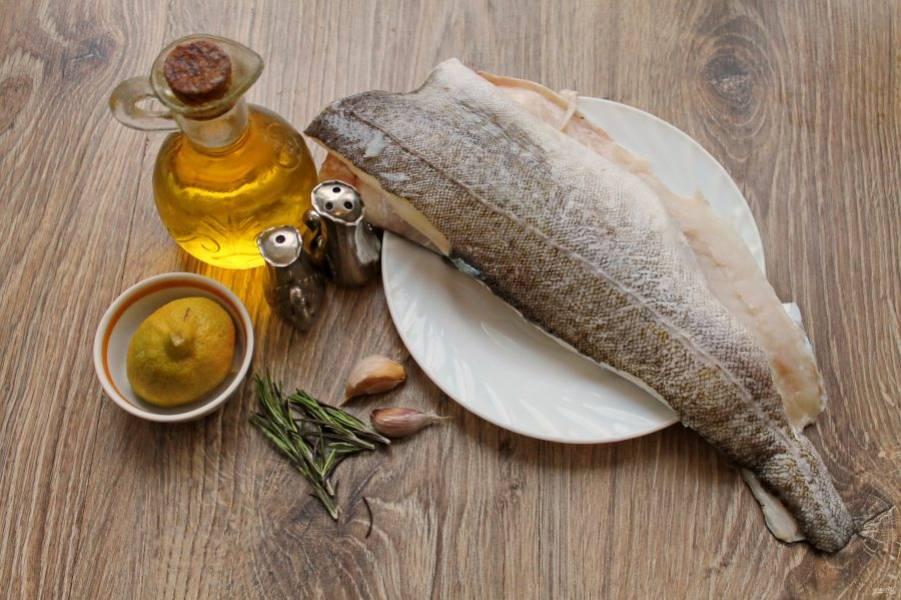 Подготовьте все необходимые ингредиенты для приготовления трески запеченной в пергаменте.