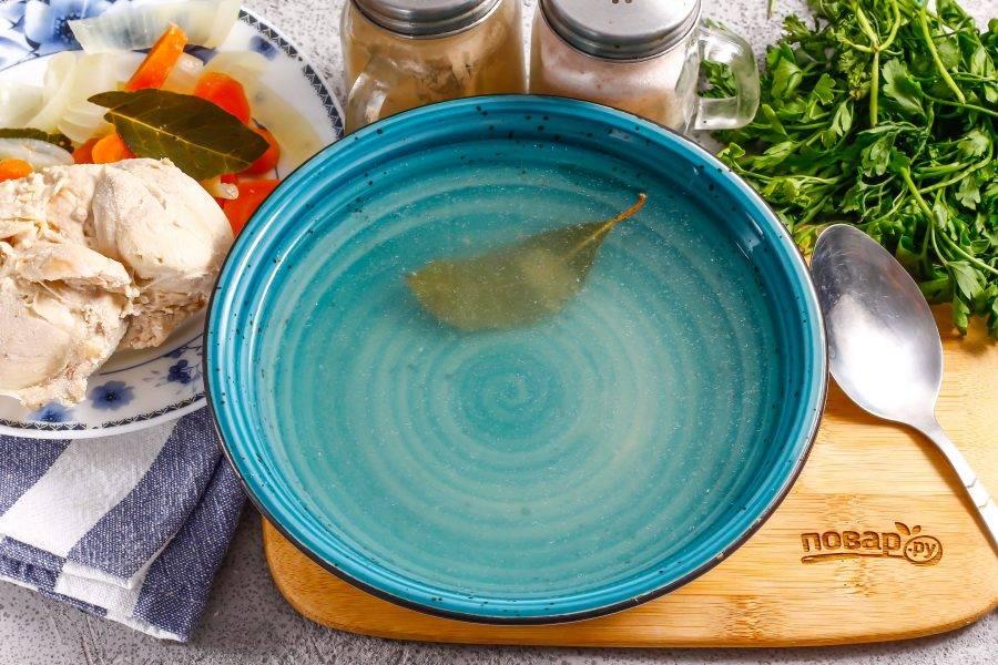 Перелейте процеженный бульон в тарелки, подайте к столу с отварной куриной грудкой, хлебом.