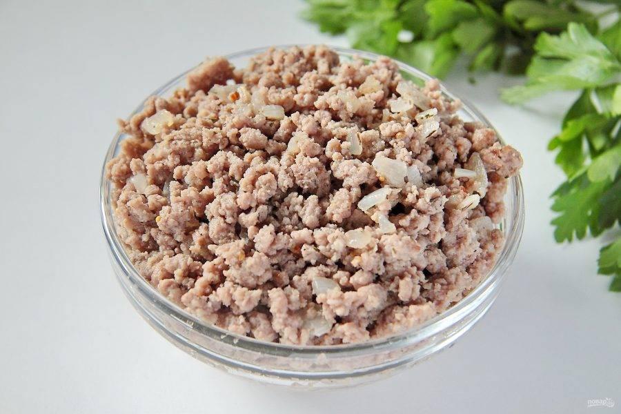 7. Для начинки обжарьте лук с фаршем. Соль и специи добавьте по вкусу.