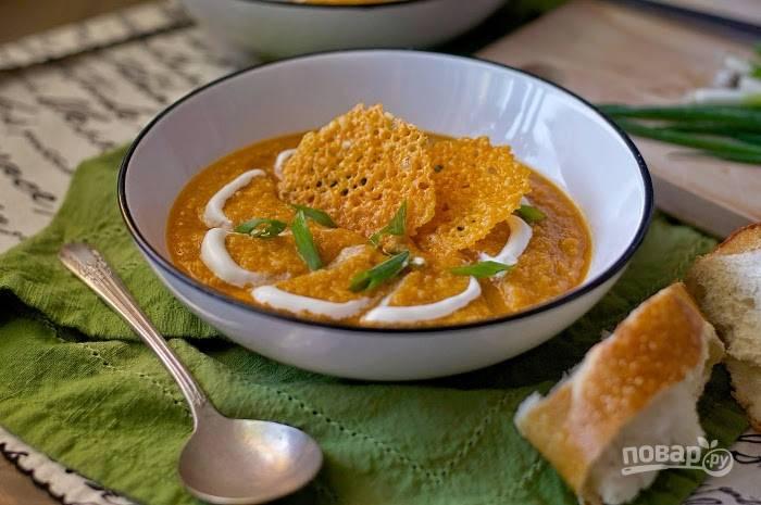 5. Готовый суп превратите в пюре блендером. Потом влейте в него молоко, нагревая на плите. Всыпьте соль и перец. Подавайте блюдо с йогуртом, нарезанным зелёным луком и сырными чипсами. Приятного аппетита!