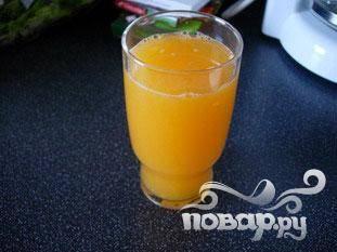 Разрезать фрукты пополам, отложить половину грейпфрута и апельсина, из остальных отжать сок.