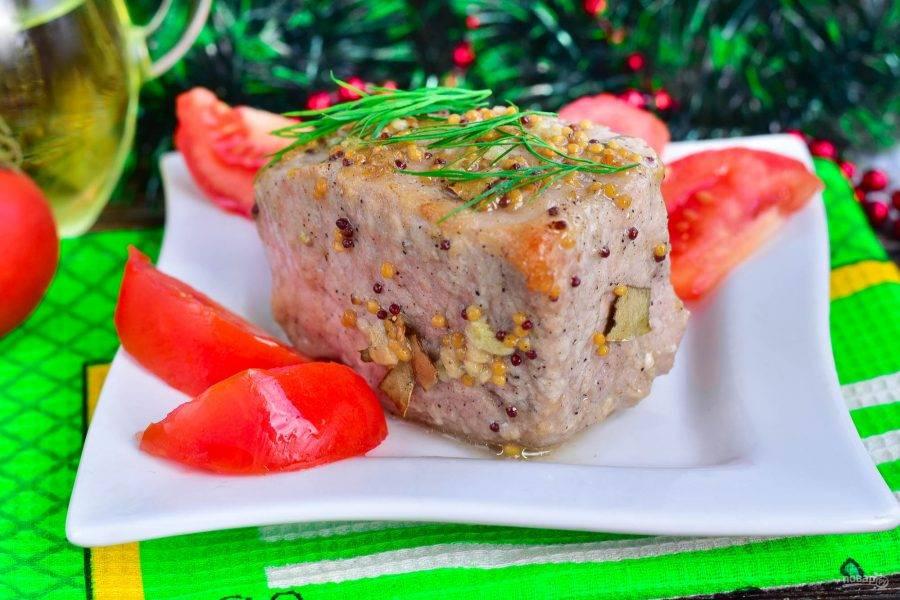 Готовое мясо переложите на блюдо.