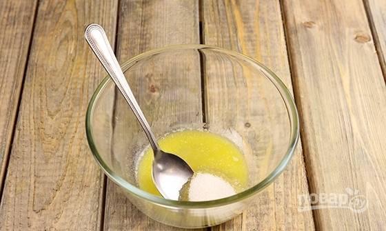 Растопите масло для творожной начинки. Смешайте его с обычным и ванильным сахаром.