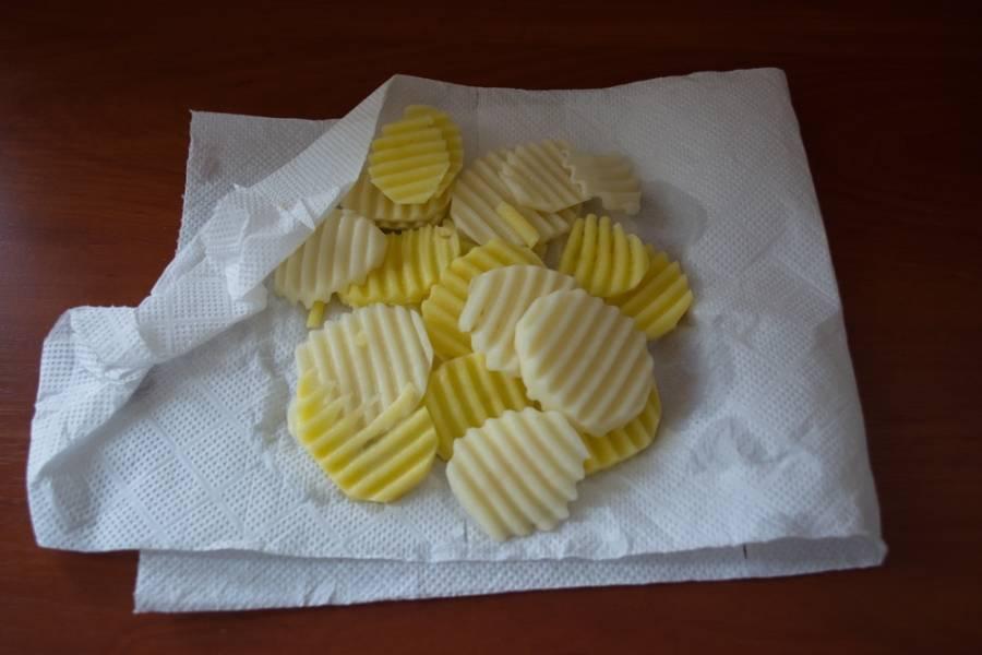 Картофель обсушить салфетками.