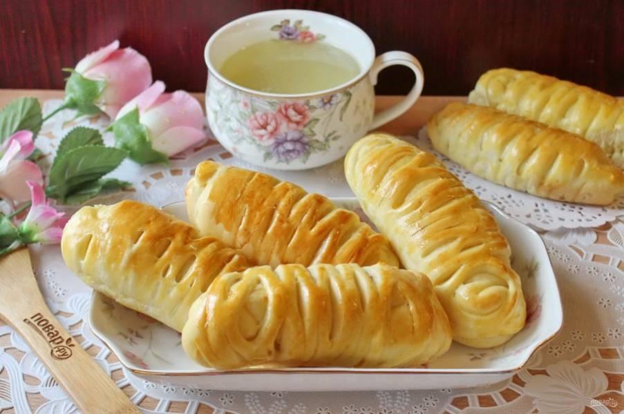 Пирожки-рулетики готовы. Подавайте к столу и наслаждайтесь необыкновенно воздушной и вкусной выпечкой.