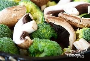 Брокколи и грибы помойте и нарежьте. Добавьте их к остальным ингредиентам в сковороду. Выключите огонь и просто оставьте под крышкой на полчаса.