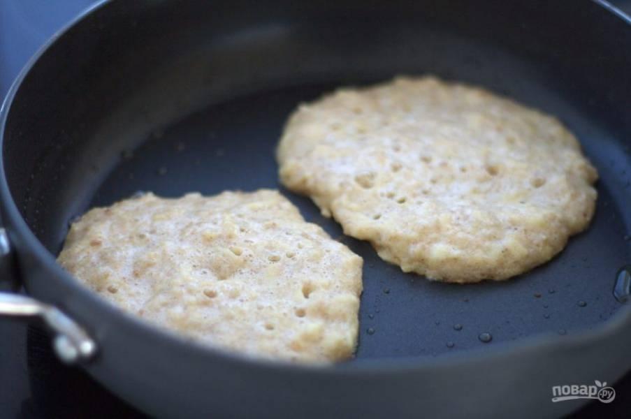 2. На сковороде разогрейте масло. Вливайте на сковороду тесто, формируя панкейки.