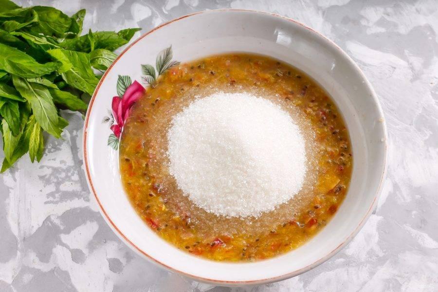 Перелейте массу в миску или салатник, засыпьте сахарным песком и перемешайте.