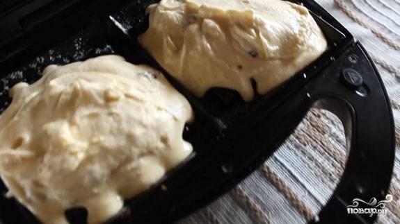 5. Вафельницу разогрейте как следует и смажьте с помощью кисточки маслом немного. Выложите тесто. Как видите, оно не должно быть слишком жидким. Аккуратно закройте.
