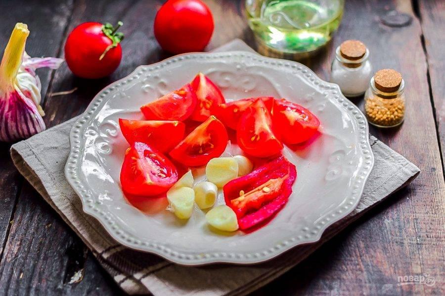 Вымойте и нарежьте помидоры, очистите перец и чеснок.