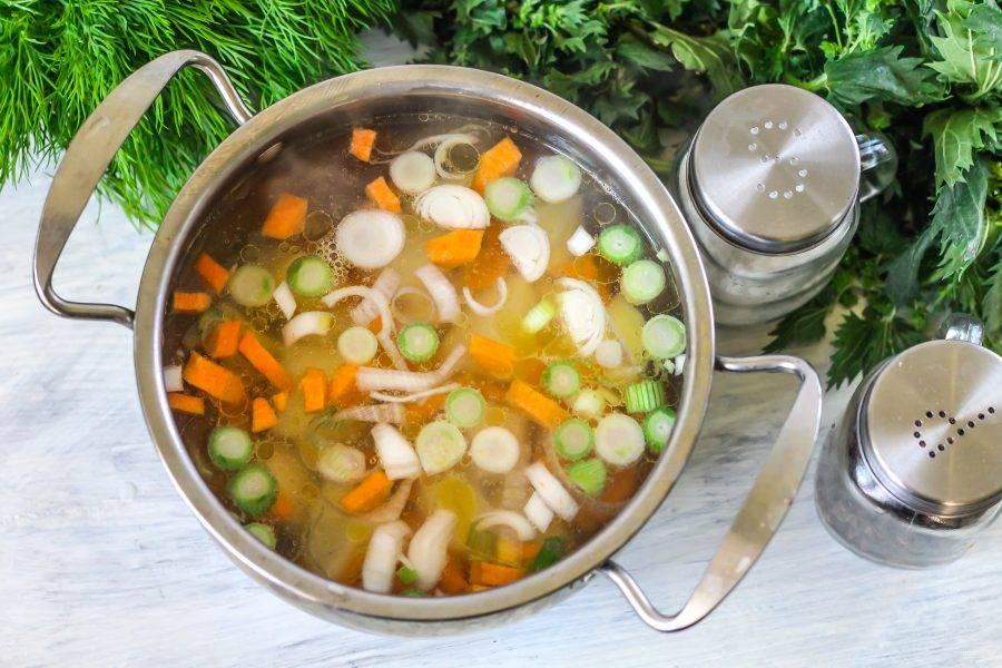 Влейте куриный бульон. В рецепте используется бульон, приготовленный заранее и размороженный. По желанию можно просто заранее отварить любые части курицы до готовности и сварить суп на таком бульоне. Поместите кастрюлю на плиту, включите максимальный нагрев. Отварите овощи практически до готовности в течение 20-25 минут.