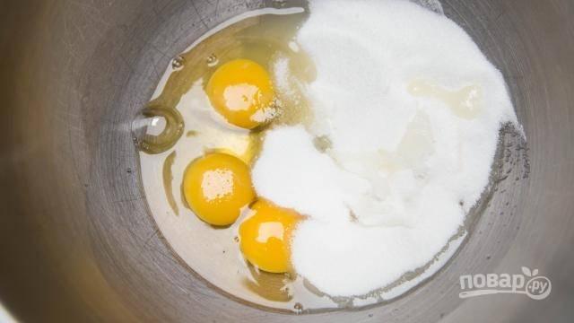 Яйца вбейте  в глубокую посуду и всыпьте сахар.