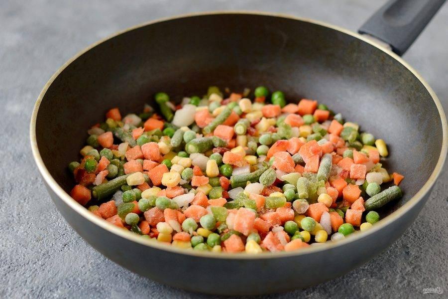 Замороженные овощи потушите на среднем огне минут 5, пока они не станут мягкими и не испарится лишняя жидкость.