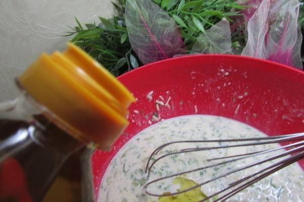 7. Влить немного растительного масла и хорошо перемешать. Вот и все, тесто готово.