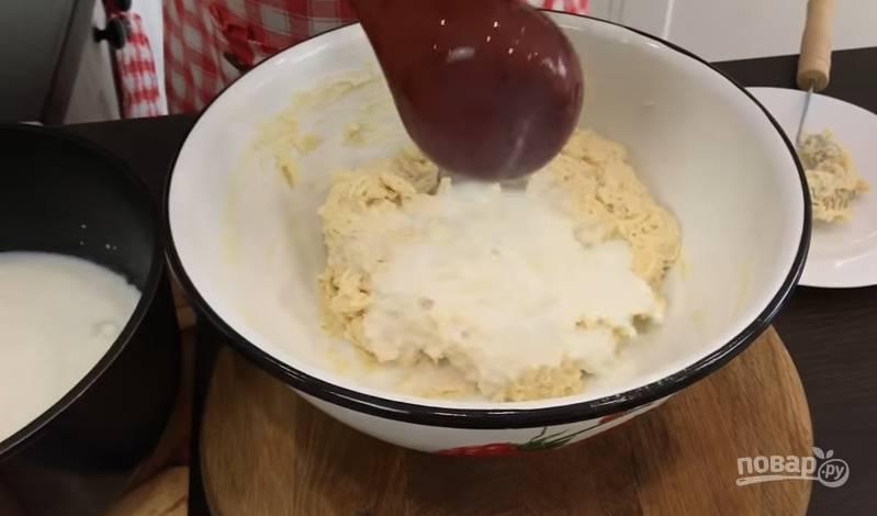 3. Влейте к муке подсолнечное масло и перемешайте венчиком. Тем временем молоко уже нагрелось, вливайте его постепенно и каждый раз перемешивайте.