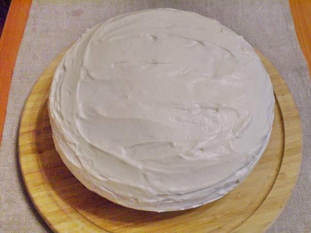11. Готовый торт полностью покрываем кремом.