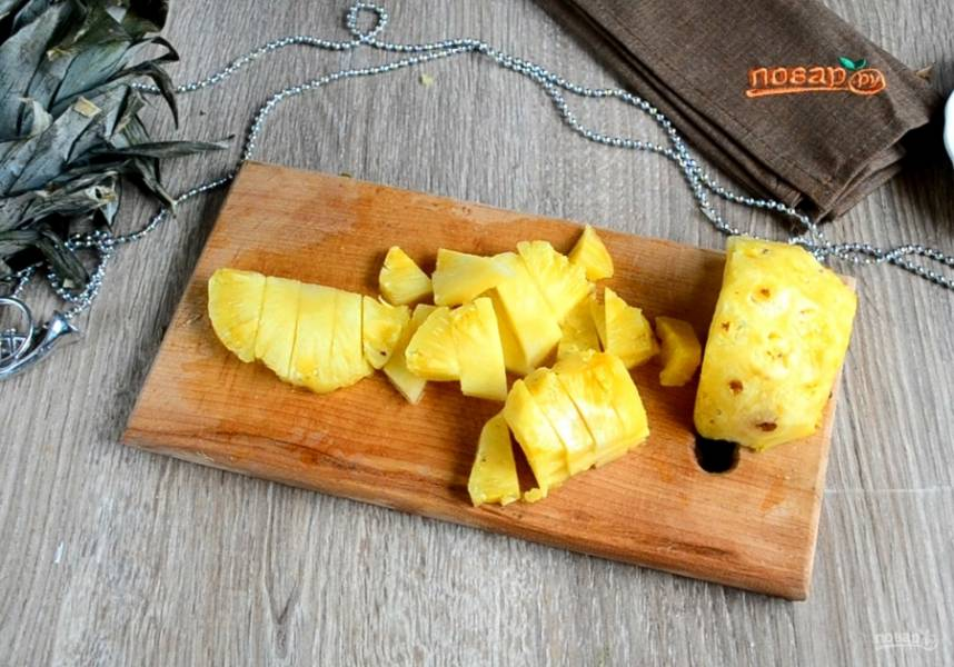 Оставшуюся часть ананаса мелко нарезаем.