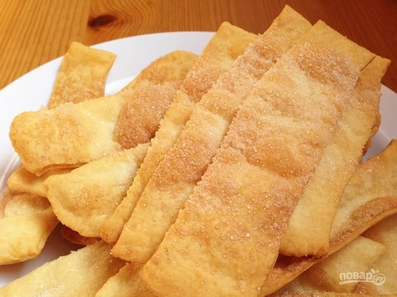 4. Даем немного остыть — и подаем к столу. Я выпекала сладкое печенье, поэтому присыпала его сахаром (можно сахарной пудрой).