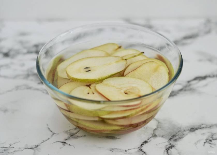 Чтобы груши не темнели, пока вы режете остальные, опустите их в воду с лимонной кислотой.