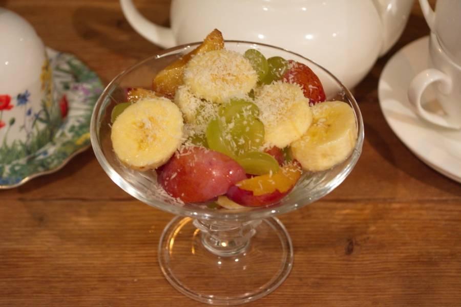 Салат аккуратно перемешайте, посыпьте кокосовой стружкой и подайте к столу. Такой салат можно полить сиропом, шоколадом или соком. Будет тоже вкусно, но более сочно.