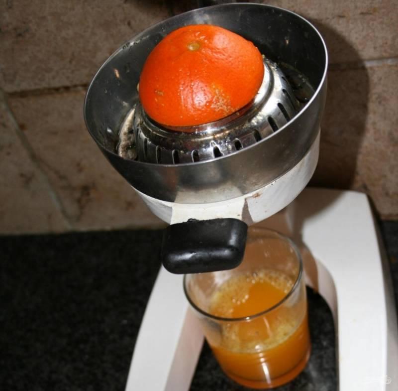 2.Апельсин и мандарин мою, затем из каждого фрукта выжимаю сок.