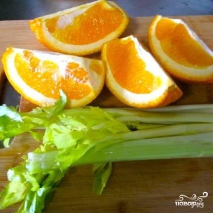 Один апельсин нарезаем на четыре части.