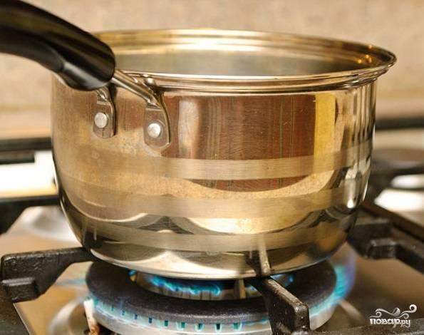 4. Помидоры варите на среднем огне в течение 45 минут-часа. Лук должен быть мягким.