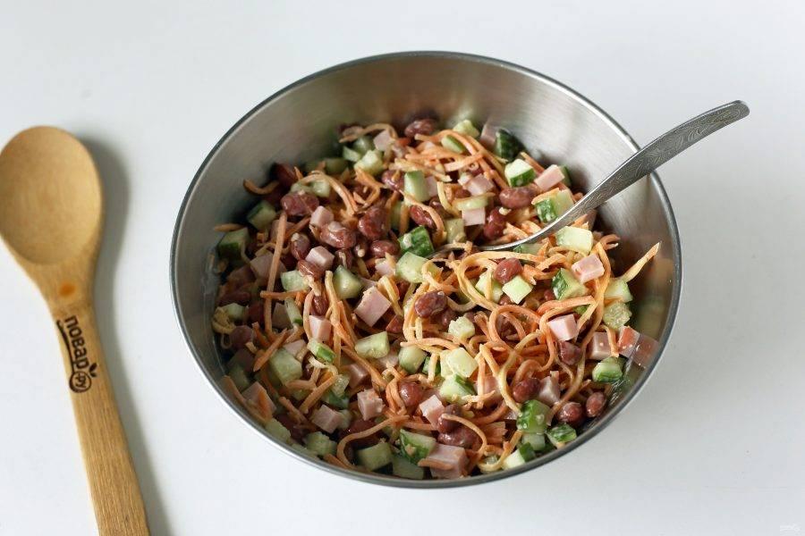Заправьте салат майонезом и перемешайте. Соль я не добавляю, так как морковь и ветчина уже сами по себе содержат соль.