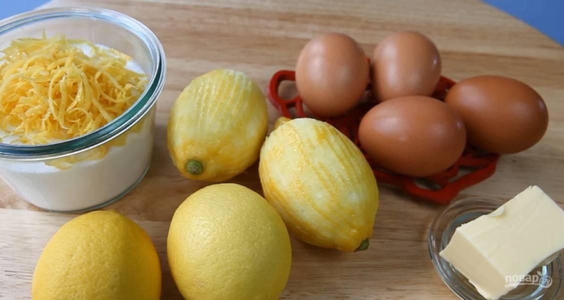 2.Сотрите цедру с двух лимонов, перемешайте с сахаром. Добавьте сок 4 лимонов, все перемешайте.