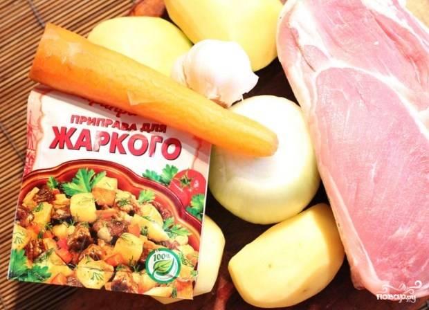 Подготовьте ингредиенты. Мясо и картошку порежьте кубиками.