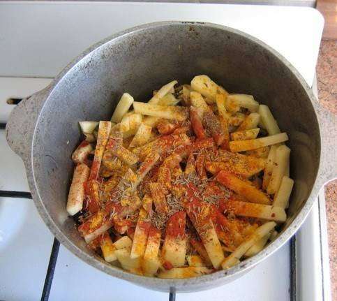 3. Когда уже и овощи зарумянятся, - добавим картофель, резанный брусочками. Солим, перчим, добавим специи по вкусу. Рекомендую использовать зиру! Доливаем воду на свой вкус, и пусть тушится.