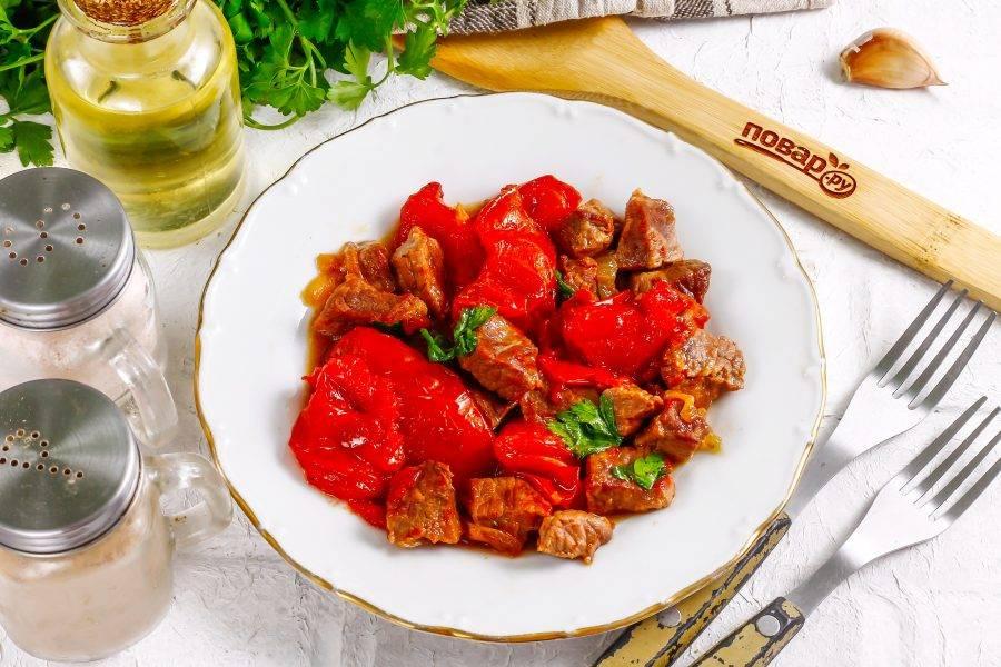 Выложите тушеную говядину на тарелки и подайте к столу. Особенно вкусна она с картофельным пюре.