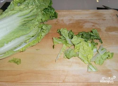 Капусту режем не слишком мелко. Можно порвать листья руками.