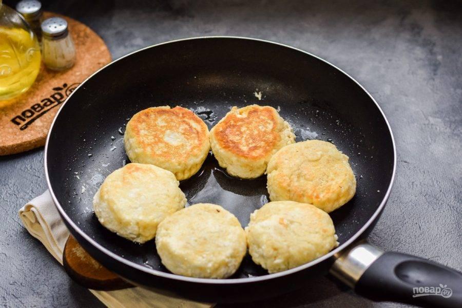 Сформируйте небольшие сырники и жарьте с каждой стороны по 4 минуты на небольшом огне.