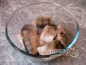 Рыбу почистите, промойте и нарежьте кусочками. Посолите и поперчите её. Оставьте на 30 минут.
