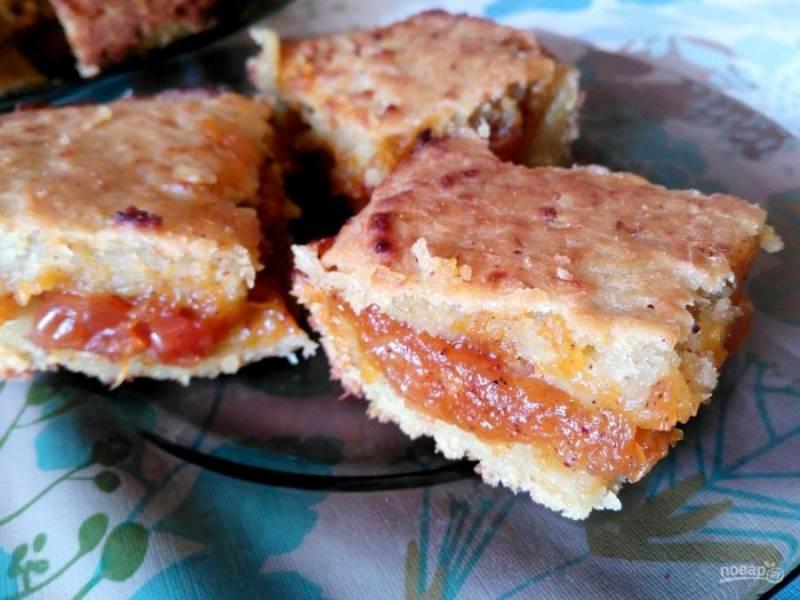 Выпекайте пирог из ревеня с тыквенной начинкой в течение 45-55 минут до золотистого цвета. Подавайте, порезав на порционные кусочки. Приятного чаепития!