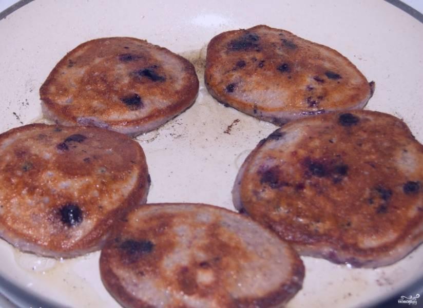 Разогреваем сковородку. Наливаем растительного масла. Выкладываем столовой ложкой порционно оладушки на раскаленную сковородку. Обжариваем на среднем огне с двух сторон до золотистой корочки.