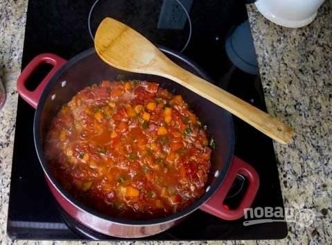 8. Минут через 10 выложите консервированные помидоры. Томите еще минут 5.
