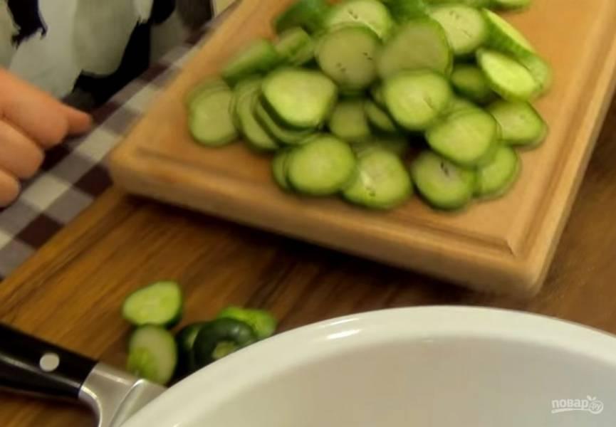 2. Нарежьте огурцы, помидоры, перец и красный лук. Смешайте овощи и заправьте ранее приготовленной заправкой. Оставьте на 10-15 минут при комнатной температуре.