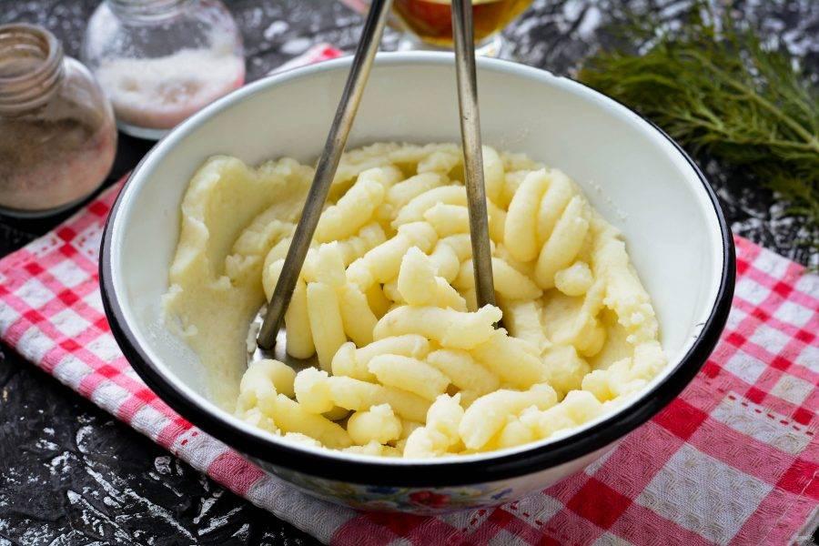 Отварите картофель в подсоленной воде и разомните его в пюре, подливая горячее молоко. Для рецепта используйте картофель, который быстро готовится и слегка разваривается. Пюре получится мягким и нежным, но не жидким. Можно по вкусу его поперчить.
