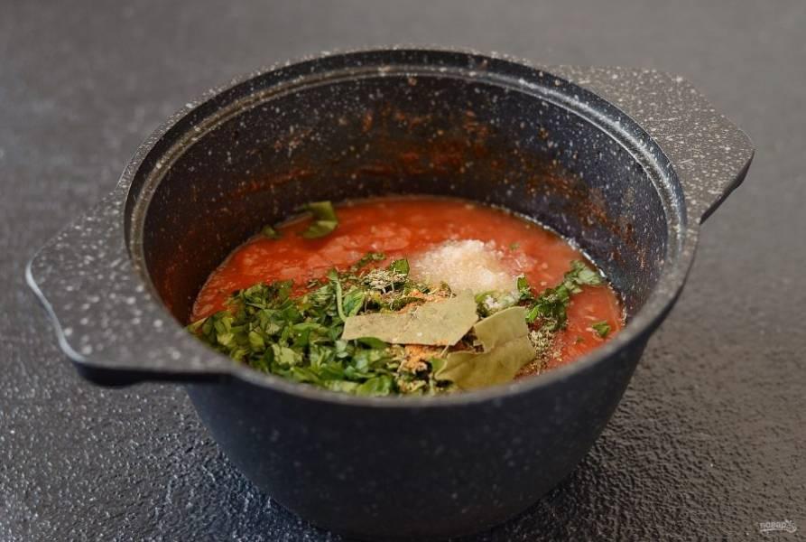 Затем добавьте все специи, мелко порубленную зелень, сахар и соль. Тушите томатный соус еще примерно полчаса, консистенции должна напоминать густую сметану.