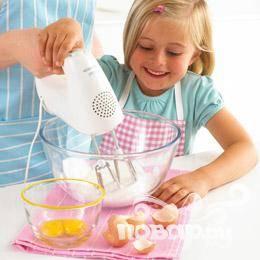 Взбить белки в пену с помощью миксера или электрического смесителя.