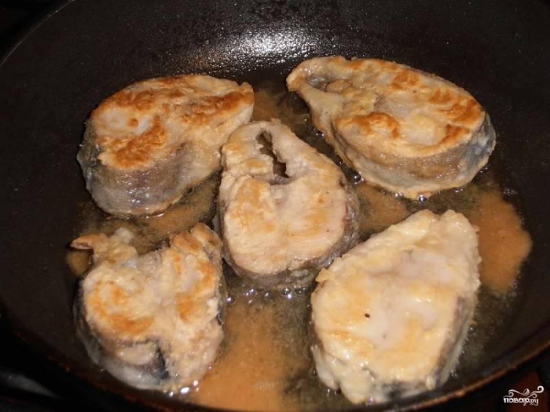 Жарим до приятной золотистой корочки. Если рыба в процессе жарки не прожарилась - можно в конце готовки прикрыть сковороду крышкой и протомить рыбу еще минут 10 на слабом огне.