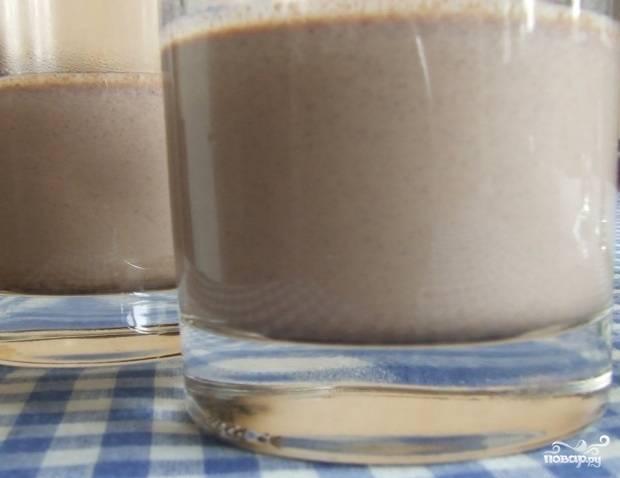 Как тольо смеси остынут при комнатной температуре, их следует красиво разлить в посуду для подачи. Сначала вливайте первый слой (тёмный шоколад), заполнив им 1/3 стакана. Оставьте его в холодильнике до полного застывания.
