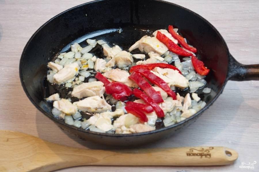 Добавьте нарезанный болгарский перец. На этом этапе можно добавить разные виды овощей. Можно использовать грибы и другие овощи.