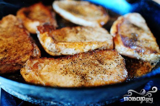 1. Нагреть большую сковороду на сильном огне. Добавить оливковое масло и сливочное масло. Приправить свиные отбивные с обеих сторон солью и перцем. Обжарить с обеих сторон до коричневого цвета. Выложить на тарелку и отложить в сторону.