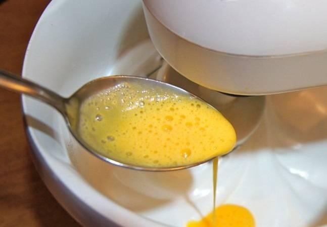 """2. Желтки 4 яиц немного разбить вилкой и понемногу вливать в белки. Чтобы торт """"Елизавета"""" в домашних условиях получился пышным, важно не перебить тесто и сделать его воздушным."""