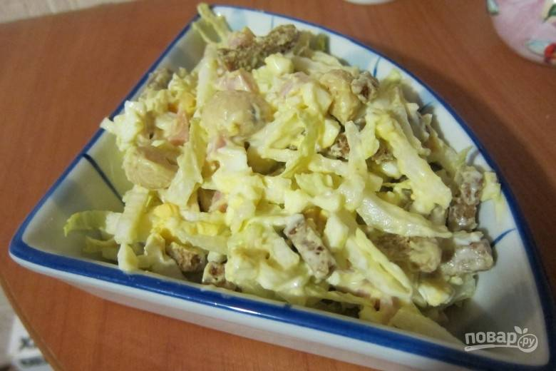 Заправьте салат майонезом и посолите. Ингредиенты перемешайте. Приятного аппетита!