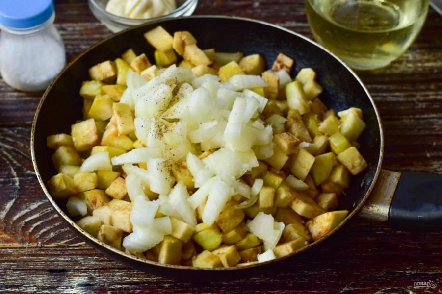 Выложите овощи в сковороду, в которую налейте растительное масло. Туда же добавьте соль и перец черный молотый.